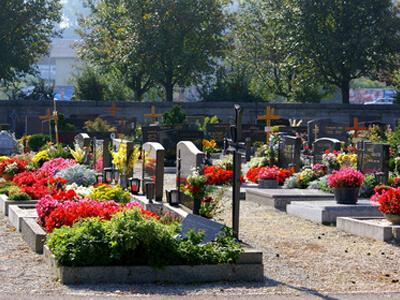 Nach den Bestattungen werden die Gräber in unterschiedlichster Weise geschmückt.