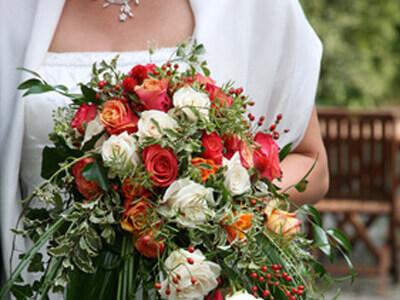 ein Brautstrauß welcher aus wunderschönen Rosen vom Floristen besteht