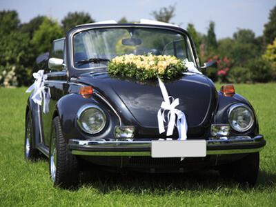 Ein Hochzeitsauto wurde mit Blumen geschmückt.