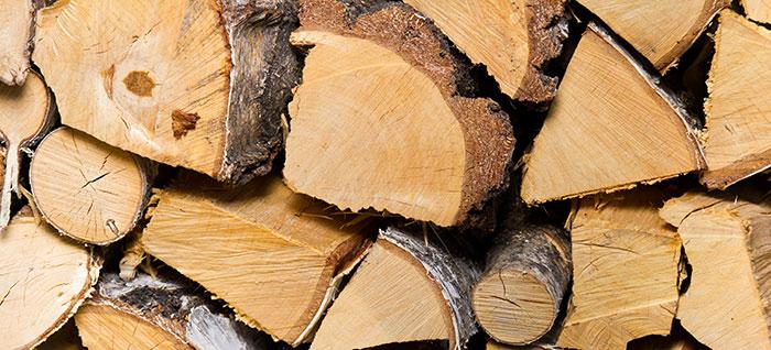 Brennholz aufgestapelt