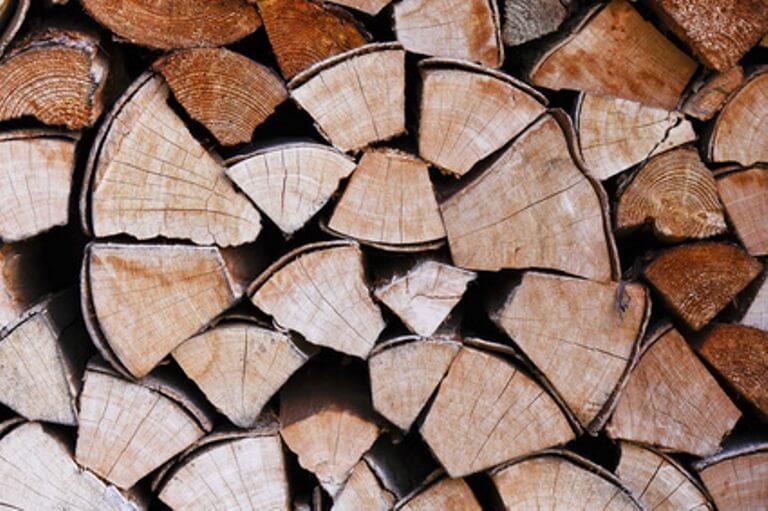 rund gestapeltes Brennholz