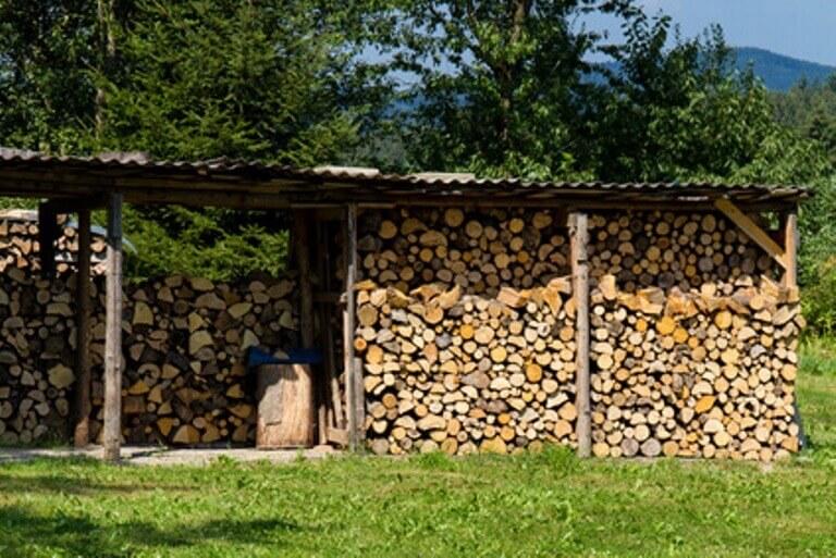 Brennholzlager im Außenbereich