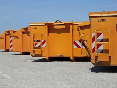 Verschiedene Container in oranger Farbe, die vielfältig eingesetzt werden können.