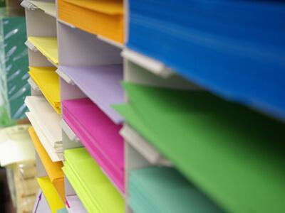 Im Copyshop werden verschiedenste Papierfarben und Papierstärken angeboten.