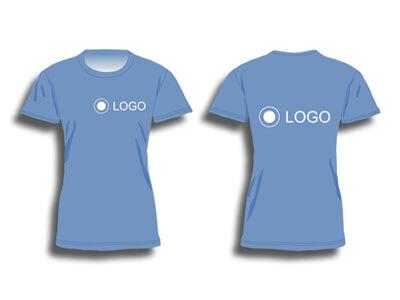 In der Druckerei werden T-Shirts bedruckt.