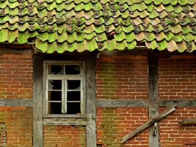 Die regelmäßige Instandsetzung des Dachs durch einen Dachdecker ist sehr wichtig.