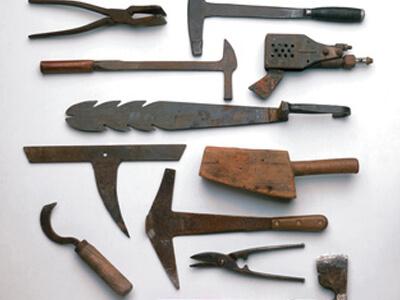 Solche Werkzeuge wurden in der Vergangenheit in einer Dachdeckerei verwendet.