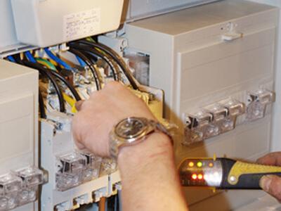 Der Elektriker kennt sich mit dem komplexen Stromnetz eines Hauses genau aus.