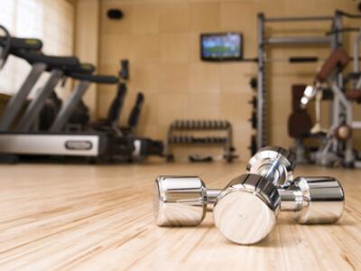 Die verschiedensten Geräte eines Fitnessstudios.