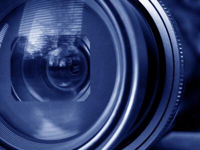 Ein Objektiv eines Fotografen wird von vorne gezeigt.