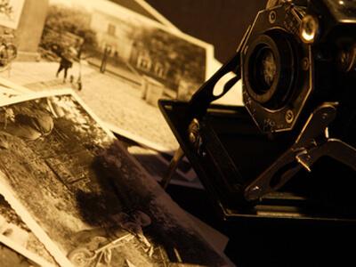 Ein Fotograf zeigt seine Schwarz-Weiß-Bilder.