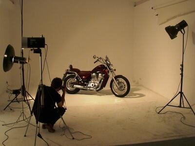 Ein Fotograf fotografiert ein Motorrad.