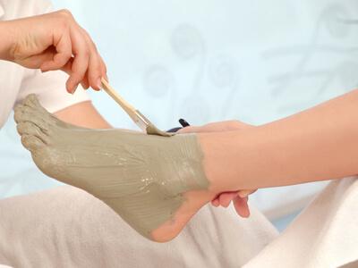 Ein Fuß wird bei einer Wellnes-Fußpflege gepflegt.