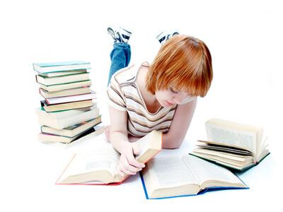 Eine angehende Podologin informiert sich in Büchern über die unterschiedlichsten Arten von Fußpflege.