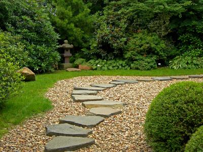 Besonders bei solchen großen Gärten ist ein professioneller Gärtner eine große Hilfe.
