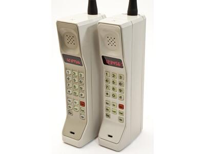 zwei Handys von früher in sehr großer Ausführung