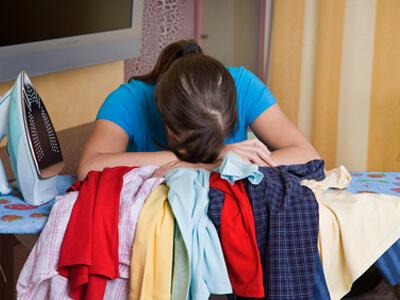 Eine Hausfrau wünscht sich Unterstützung von einer Haushaltshilfe.