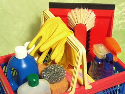 die Arbeitsmaterialien einer Reinigungskraft