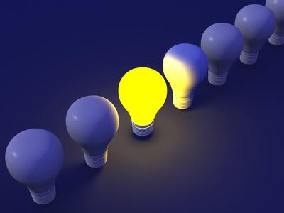 Eine Haushaltshilfe besorgt neue Glühbirnen.