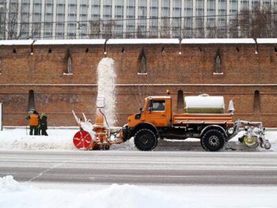 Ein Hausmeisterservice macht Winterdienst in einer Großstadt.