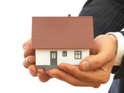 Ein Haus wird in die Hände eines Hausverwalters gelegt.