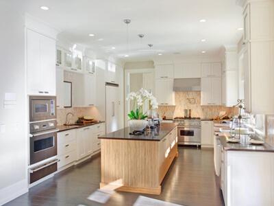 In einem Küchenstudio kann eine helle und moderne Küche besichtigt werden.