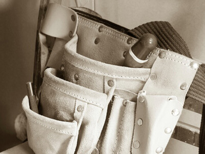 Der Maurer verwendet seit jeher einen Werkzeuggürtel bei der Arbeit.