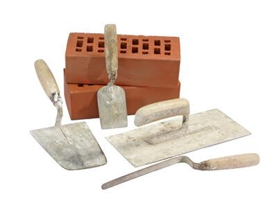 Der Maurer verwendet bei seiner Arbeit verschiedene Werkzeuge.