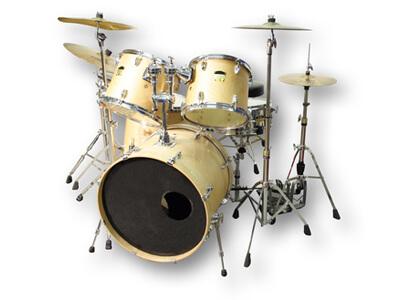 In der Musikschule kann das Spielen eines Schlagzeuges gelernt werden.