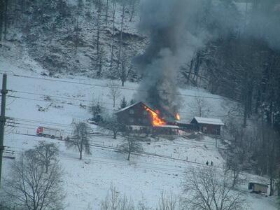 Ein Haus gerät in Brand, weil der Schornstein schon lange nicht mehr von einem Schornsteinfeger geprüft wurde.