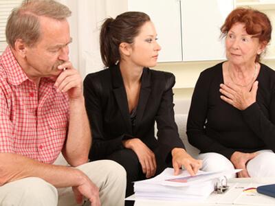 Ein Ehepaar bekommt durch eine ausgiebige Schuldnerberatung Unterstützung.