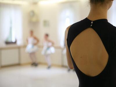 Bei einem Tanzkurs zeigt eine Tanzlehrerin ihren Tanzschülern die ersten Schritte.