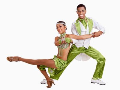 Ein Tanzpaar zeigt bei einem Tanzkurs sein Können.