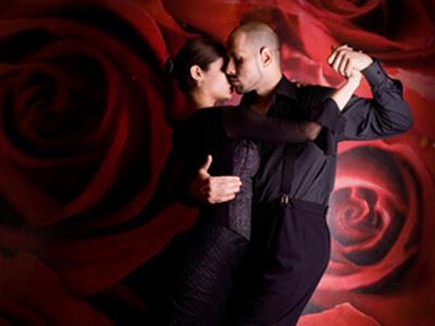 In einer Tanzschule zeigt ein Paar einen neuen Tanz.