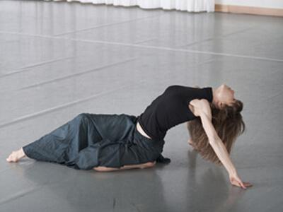 In einem Tanzkurs lernt eine Tänzerin eine neue Koreographie.